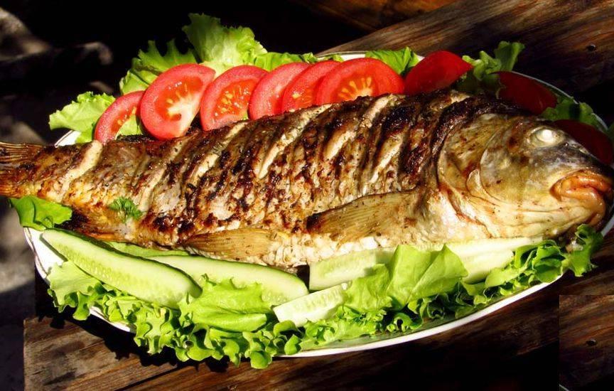 Натереть рыбу солью, черным молотым перцем и снаружи, и внутри.
